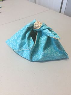 Reversible Bento Bags from Less Fabric Tutorial – Shaunart.net Bento, Sewing Tutorials, Sewing Patterns, Sewing Projects, Fabric Origami, French Seam, Fabric Gifts, Craft Bags, Straight Stitch