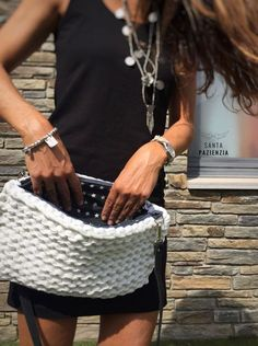 Se podría decir que este bolso es la simplicidad hecha con trapillo. Es un patrón muy fácil de hacer y el resultado es precioso, o al menos a mí me lo parece. Esta vez he usado agujas de tricotar en