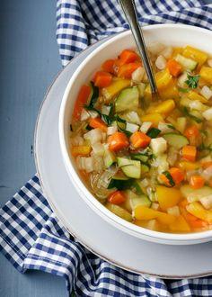 Herzhafte Gemüsesuppe. Wunderbar sättigend, kalorienarm und sooo lecker - kochkarussell.com