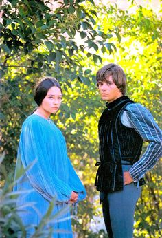 Romeo and Juliet: When two young members of feuding families meet, forbidden love ensues. Jane Birkin, Marlon Brando, Garet Bale, William Shakespeare, Romeo And Juliet Costumes, Zeffirelli Romeo And Juliet, Leonard Whiting, Old Film Stars, Olivia Hussey