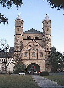 Le massif occidental, ou « massif antérieur », ou « ouvrage ouest » (en allemand Westwerk ou encore Westbau, en néerlandais westwerk) est un type de façade particulier d'église romane qui sont des ajouts en façade qui augmentent le volume de celle-ci