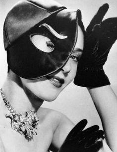 Elsa Shiaparelli hat 1949.
