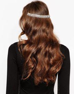 Un demi headband derrière la tête avec les cheveux ondulés