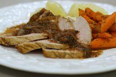 Je hoeft geen grote tovertrucs uit te halen om een degelijke en vooral smakelijke maaltijd op de tafel te zetten. Zelfs voor wie een beetje kieskeurig is, als het op vlees eten aankomt, is een stuk mals kalfsgebraad meestal een welgekomen maaltijd.Van de vleesjus maakt Jeroen een saus op smaak gebracht met wat rode porto, graanmosterd en vooral verse salie. Het mager gebraad krijgt gezelschap van fijne wortelen met tijm en een klassieke gekookte aardappel.