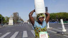 THE MARATHON WALKER  毎日飲料水を汲むため、フルマラソンと同じ距離を歩かなければならないアフリカのある村の女性が、井戸を掘る募金を募るため頭に水のタンクを乗せてパリマラソンを歩いたというもの。