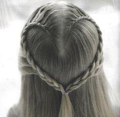 Entzückende DIY Frisur für Blumen-Mädchen