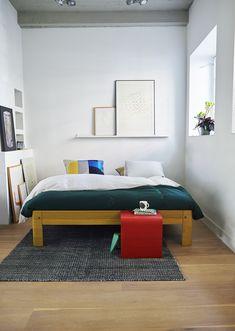 De Auronde is een echte designklassieker gemaakt van hout met kenmerkende aluminium details. In 1973 ontworpen door Frans de la Haye. Toen een revolutionair ontwerp door de ronde vormen en felle kleuren. Nu opnieuw revolutionair: door de details op jouw wensen aan te passen, krijg je het vertrouwde ontwerp van toen, met het design van nu.  Uitvoering: Golden Yellow Oak met Poppy Red Oak nachttafeltje La Haye, Aluminium, Designer, Modern, Bed, Furniture, Home Decor, Vibrant Colors, Bedroom