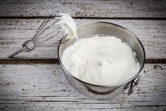 Heavy whipping cream is the miracle ingredient that whipped cream is made from. Here's how to make your own heavy whipping cream and turn it into sweet and fluffy whipped cream. Making Whipped Cream, Whipped Cream Frosting, Homemade Whipped Cream, Coconut Whipped Cream, Buttercream Frosting, Homemade Ice, Coconut Milk, Cake Boss Buddy, Chantilly Siphon
