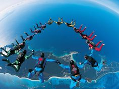 parachute : a famous sport jump from an airplane on high altitude. Parachute is a famous extreme sports during young people. Coach Mental, France Sport, Cool Pictures, Cool Photos, Amazing Photos, Images Photos, Sports Pictures, Interesting Photos, Nature