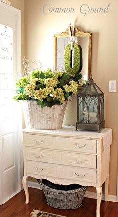 Love this pretty entryway set-up from @Debra Eskinazi Stockdale Eskinazi Stockdale Eskinazi Stockdale Eskinazi Stockdale Oliver (Common Ground)