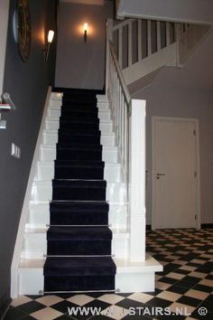 Houten bordes trap met prachtige loper? Allstairs Trappen Carpet Stairs, Carpet Flooring, Staircase Design, Staircase Ideas, Mudroom, Entrance, Sweet Home, New Homes, Farmhouse