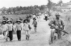 Un soldado estadounidense escolta una caravana de desplazados (1965). (Horst Faas/AP)