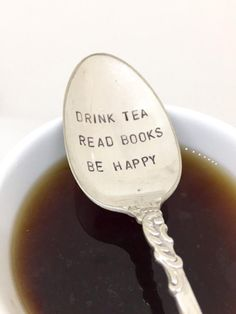 vintage tea spoon stamped with the phrase drink tea read book be happy Stamped Spoons, Hand Stamped, Mud Pie Dishes, Café Vintage, Vintage Party, Hand Gestempelt, Tea Reading, Vintage Cutlery, Tea And Books