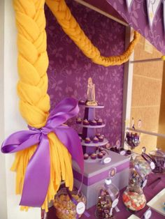 Candy Buffet inspirado en Rapunzel, violetas y amarillos decoran esta hermosa mesa...