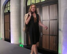 Paulin in einem KAMI Organic Kleid und einem Leibschneider Blazer - erhältlich im FAIR QUEEN Online Shop