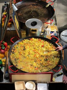 Learn how to prepare the popular Spanish dish called Paella by getting the right kitchen gear for this Spanish cuisine. Rice Recipes, Mexican Food Recipes, Cooking Recipes, Keto Recipes, Shellfish Recipes, Seafood Recipes, Spanish Dishes, Spanish Food, Spanish Cuisine