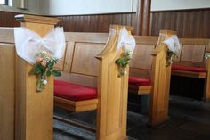 Kerkversiering bruiloft van tule strikken en kleine weckflesjes met roosjes en andere bloemetjes. #church #wedding #flowers