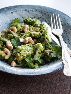 Lige inden jeg tog til Barcelona, spiste jeg denne skønne broccolisalat til frokost. Da jeg næsten altid har peanutbutter i køleskabet, lavede jeg en peanutbutterdressing og toppede det hele med cashewnødder og friske koriander. Hvis du ikke er til koriander, så kan du naturligvis bare undlade disse. Jeg har et lidt sjovt forhold til koriander....