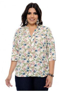 Blusa plus size confeccionada em viscose de fundo cru com delicada e colorida estampa de folhagens. A modelagem desta blusa é estilo bata, a manga é 3/4 com recorte e o decote é em V com botões em madrepérola. A modelo veste o tamanho 46.  Marca: Forma Rara Costura Plus Size, Camisa Feminina Plus Size, Plus Size Sewing, Blouse Styles, Casual Looks, Plus Size Fashion, Curvy, Beautiful Women, Style Inspiration