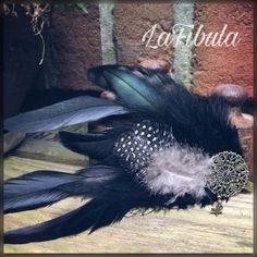 Schwarzer Federclip mit Federn vom Perlhuhn   Wunderschöner Federclip aus schwarzen Hahnenfedern und einer Feder vom Perlhuhn.  Diesen Federclip kannst du dir in die Haare machen, oder deine Kleidung damit verschönern.