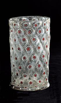Kleiner Humpen mit rot-weißen Rosetten Nordböhmen Ende 16. Jahrhundert Gefäß Graustichiges Glas, in die Form geblasen, weiße und rote Emailfarbenbemalung, Vergoldung H. 11cm, Dm. 6,9 cm