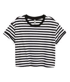 3990 $ Negro/Rayas blancas. Camiseta corta de punto con bolsillo superior y dobladillos cosidos vueltos en las mangas.