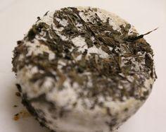 """PECORINO ALLE ERBE AROMATICHE (PECORINO FRESCO VERDE) P.A.T. Formaggio grasso, di breve stagionatura, a pasta molle. L'antica abitudine di """"nascondere"""" il formaggio in erbe o spezie è diventata oggi una vera e propria affinatura, che concede al prodotto aromi del tutto particolari. Questo è uno dei pochi formaggi a latte di pecora che viene fatto così: con rosmarino, salvia, menta e basilico essiccati."""