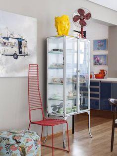 Kräftige Farben und ein bunter Mix aus Materialien und Formen machen dieses Zimmer außergewöhnlich.