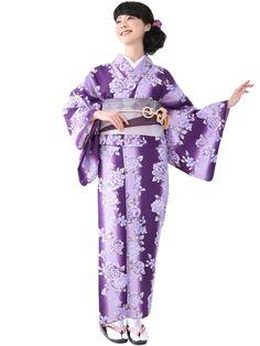 Washable Kimono rose《小紋着物 袷 13B》 きもの初めてさんにおすすめなカジュアル小紋の袷着物です。 紫地に薔薇をあしらった大人可愛いデザインです。 一般的に10月~5月にお召しいただける袷の着物になります。 カフェ巡りやお食事会をはじめ、普段着として幅広くお召しいただけます。 素材は、自宅でも気軽に洗えるポリエステル着物のため 気兼ねなくお出かけいただけます。  着物の単品販売です。 お仕立済商品ですので、お届け後すぐにご着用いただけます。