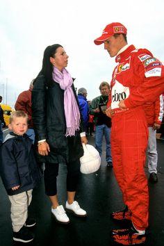 Michael Schumacher (r), Max' moeder en Max Verstappen in 2000. De kleine spuit wordt al vroeg betrokken bij de racesport