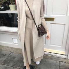 Discover recipes, home ideas, style inspiration and other ideas to try. Modest Fashion Hijab, Modern Hijab Fashion, Casual Hijab Outfit, Hijab Fashion Inspiration, Hijab Chic, Muslim Fashion, Casual Dresses, Fashion Edgy, Fashion Black