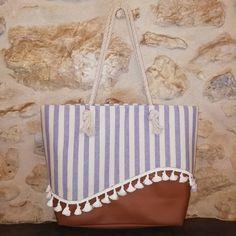 jolis_bagages Samba est un élégant cabas estival qui vous accompagnera à la plage ! ⛱️ Sa doublure dispose d'une astucieuse poche zippée cachée et d'une poche plaquée.  Modèle Samba Licence Sacôtin Largeur : 35cm à la base, 52cm à l'ouverture / Hauteur : 35cm / Profondeur : 17cm Tissus : Simili Cuir et Coton