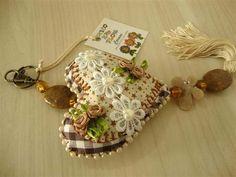 Chaveiros feitos com tecido 100% algodão, recheado com plumante, decorado com pérolas, cristais, flores de tecido, rococós, renda e pingente.