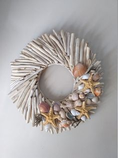 Do you like beach decor? Then this driftwood wreath with starfishes and shells is for you. Welcome your guests into your home with this wreath made from driftwood handpicked from the Greek shores of the Aegean sea, a sea arm of the Mediterranean. Driftwood Wreath, Seashell Wreath, Nautical Wreath, Driftwood Wall Art, Seashell Projects, Driftwood Projects, Seashell Crafts, Beach Crafts, Large Pillar Candles