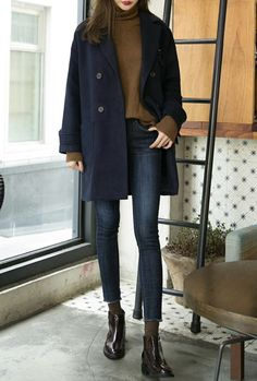 Clothing Jeans, black leather ankle boots, mid-length navy blue coat and light brown top // Perfect autumn look Clothing Source : Jean, bottines en cuir noir, manteau mi-long bleu marine et top marron clair Looks Street Style, Looks Style, Looks Cool, Mode Outfits, Casual Outfits, Fashionable Outfits, Black Outfits, Black Coat Outfit, Teen Outfits