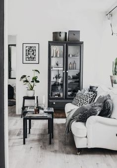 If you want a Scandinavian living room design, there are some things that you should consider and implement for this interior style. Wood as a material has an important role as well as light colors, because they give the living… Continue Reading → White Interior Design, Home Interior, Interior Design Living Room, Living Room Designs, Living Pequeños, Home Living Room, Living Room Decor, Living Room Inspiration, Home Decor Inspiration
