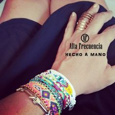 pulsera de la Amistad México, con cadena, tejidas a Mano de la marca Mexicana Alta Frecuencia Mexico. friendship bracelet, trend, trendy, chic, bohemio, tribal, boho