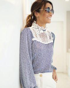 Espírito romântico e vitoriano na escolha da minha Fhits influencer @silviabraz com blusa listrada e gola alta em renda @agilitabrasil como inspiração belíssima e sofisticada para o dia  #FhitsTeam #FhitsTips