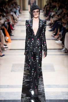 Guarda la sfilata di moda Armani Privé a Parigi e scopri la collezione di abiti e accessori per la stagione Alta Moda Autunno-Inverno 2017-18.