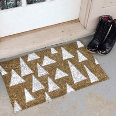 DIY Holiday Door Mat, i like this idea. Probably will do a different design though 242, Outdoor Christmas, Diy Christmas, Christmas Doormat, Christmas Decorations, Modern Christmas, Blog Deco, Diy Interior, Interior Design
