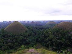円錐形の山々とメガネザルが待つ フィリピンの穴場アイランドへ|古関千恵子の世界極楽ビーチ百景|CREA WEB(クレア ウェブ)