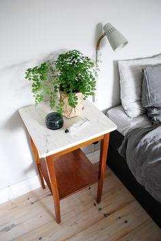 Förra helgen när jag var på loppisrunda så hittade jag en massa fina grejer. Bl.a en jättefin storoljelampa, två böjträstolar som ska målas mattsvarta och det här suuuperfina sidobordet med marmorskiva på toppen. Det fungerar just nu som sängbord på…