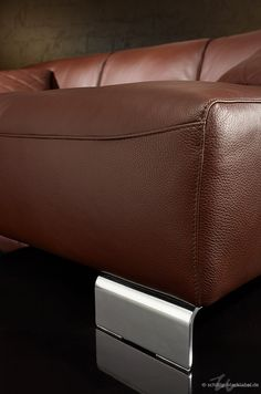eine schwungvollen nahtf hrung an der sitzvorderkante ist eines der details dieses sofas. Black Bedroom Furniture Sets. Home Design Ideas