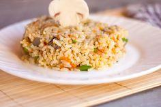 Pilaw oder auch Pilaf genannt ist eigentlich ein normales Reisgericht mit Gemüse und Pilzen. #omas1eurorezepte #reis #reisrezepte #beilage #beilagen #pilaw #pilaf #ricepilaf #foodlover #rezeptideen #gesunderezepte #gesundeernährung Fried Rice, Fries, Ethnic Recipes, Food, Euro, Healthy Food, Healthy Recipes, Essen, Meals