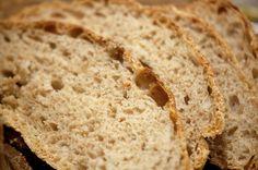 Brød med den sprødeste skorpe og saftigste krumme med dyb smag og virkelig nemt at bage. Få ingredienser, se min version og billeder her