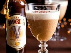 Kikker jou koffie op met Amarula Amarula het vanjaar 'n goue medalje by die International Wine & Spirit Competition (IWSC) in Londen verower. Gebruik dié bekroonde drankie in jou volgende koppie koffie. Easy Cocktails, Cocktail Drinks, Alcoholic Drinks, Beverages, B Recipe, Baileys Irish Cream Coffee, Bourbon, Coffee With Alcohol, Frames