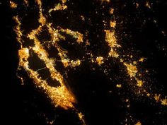 9 Incredible Pictures of City Lights From Space Sierra Nevada, Earth At Night, Earth City, Physical Geography, Map Projects, Earth Photos, Light And Space, Earth From Space, Image Of The Day