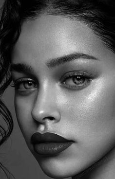 Portrait Drawing Tips, Dark Portrait, Portrait Poses, Portrait Art, Art Photography Portrait, Face Photography, Conceptual Photography, Photography Women, Black And White Art Drawing