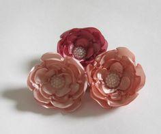 Kit com 3 flores em tons de rosa, em bico de pato.