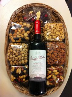 With the second Sunday in May approaching, many have doubts about how to give gifts. At baskets for Mother's Day are quite successful, as this is a way to Christmas Gifts For Coworkers, Christmas Gift Baskets, Unique Christmas Gifts, Xmas Gifts, Valentine Gifts, Wine Gifts, Food Gifts, Cadeau Client, Wine Gift Baskets